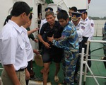 Cảnh sát biển cứu hộ 10 thuyền viên vào bờ an toàn