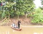 Cầu sập, hàng trăm người dân phải... đu dây vượt sông