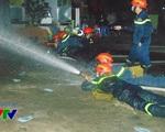 Gần 12 giờ đêm lực lượng cứu hộ vẫn tìm kiếm nạn nhân vụ cháy tại Xa La