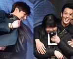 Lee Min Ho, Kim Rae Won thân mật ôm fan nữ