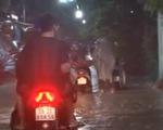 TP.HCM: Người và xe vật lộn trong biển nước