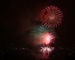 Người dân Hà Nội đội mưa xem bắn pháo hoa ngày Quốc khánh