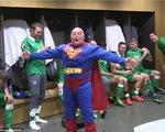 Siêu nhân ăn mừng cùng các tuyển thủ CH Ireland ở phòng thay đồ