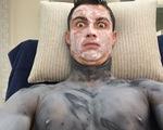 Ronaldo đắp mặt nạ dưỡng da mặt