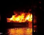 Cháy tàu chở 16 du khách nghỉ đêm trên Vịnh Hạ Long