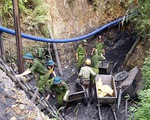 Trắng đêm cứu 2 công nhân mắc kẹt vụ sập hầm lò Hòa Bình