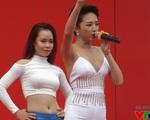 Tóc Tiên quyến rũ trong lễ khai trương Vincom với vũ điệu cồng chiêng