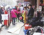 Ngang nhiên lấn chiếm vỉa hè khiến giao thông Hà Nội hỗn loạn