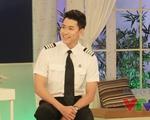 Cơ trưởng đẹp trai nhất Việt Nam khoe giọng hát trên sóng VTV