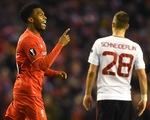 Liverpool chôn vùi giấc mơ của Man Utd nhờ 2 bàn thắng gây tranh cãi