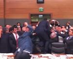 Quốc hội Thổ Nhĩ Kỳ: Nghị sĩ đấu võ, chai lọ văng khắp phòng