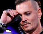 Johnny Depp cắt ngón tay vì ghen tuông