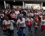 Người dân Venezuela tràn qua biên giới Colombia để mua hàng
