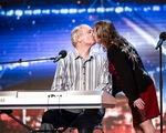 Thí sinh Britains Got Talent trao nhau nụ hôn nồng nàn trên sân khấu