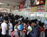 Công nhân mua vé xe Tết: Muôn vàn khó khăn