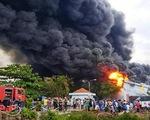 Cận cảnh vụ cháy dữ dội công ty sản xuất nệm ở TP.HCM