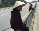 Thót tim cảnh các cụ bà trèo qua dải phân cách, băng ngang quốc lộ