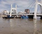 Tàu thu mua hải sản mắc kẹt dưới gầm cầu Lê Hồng Phong, Bình Định