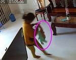 Rùng mình cảnh bé trai 8 tháng tuổi bị người giúp việc bạo hành