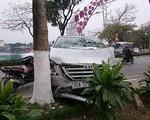 Hà Nội: Innova mất lái, lao qua dải phân cách tông thẳng Honda CRV