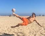 Ibrahimovic trổ tài cắt kéo trên bãi biển Los Angeles