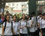 Thi lớp 10 THPT: Phụ huynh đứng ngồi không yên chờ thí sinh thi Ngữ Văn