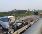 Bị container đâm nát, 7 người trên xe Innova thoát chết kì diệu