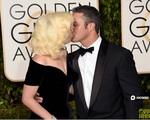"""Lady Gaga """"khóa môi"""" hôn phu trên thảm đỏ Quả cầu vàng"""