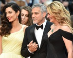 George Clooney nắm chặt tay vợ khi đứng cạnh Người đàn bà đẹp