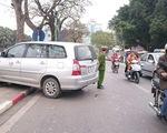 Ô tô bất ngờ nổ lốp, gây tai nạn cho 5 xe máy