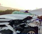 Taxi đâm đuôi xe container, 3 người thương vong