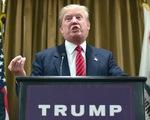 Donald Trump bất ngờ bị tấn công khi đang phát biểu