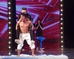 """Vietnam's Got Talent: Trấn Thành """"hoảng hồn"""" vì bị cõng đi trên mảnh chai"""