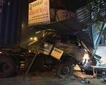 Bất ngờ mất lái, xe container đâm vào nhà dân