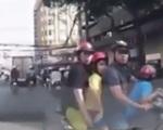 Tạt đầu ô tô, người đi xe máy vẫn ngang nhiên chỉ tay mắng tài xế