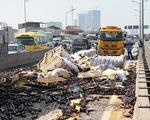Hà Nội: Lật xe container, hàng trăm két vỏ chai bia đổ tràn ra đường