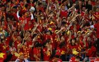 ẢNH: Rực rỡ sắc màu CĐV trên khán đài sân Mỹ Đình trận ĐT Việt Nam - ĐT Thái Lan