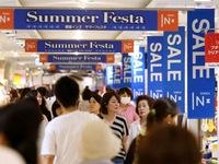 Nhật Bản cân nhắc hoãn tăng thuế tiêu thụ