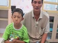 Bé trai vỡ thủy tinh thể sau vụ nổ pin đồ chơi Trung Quốc