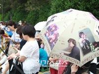 Fan Nhật xếp hàng dài trước địa điểm tổ chức đám cưới của Bae Yong Joon