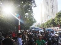 Hà Nội: Hàng vạn người chôn chân dưới nắng nóng ngày đầu thi THPT Quốc gia