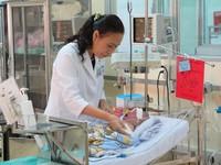 Bé sơ sinh bị dao đâm vào đầu có thể xuất viện trước ngày đầy tháng