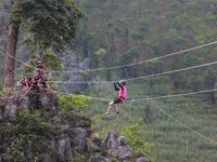 Cuộc đua kỳ thú 2015: Các tay đua thót tim khi đi dây vượt qua vách núi