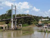 Long An: Chưa xác định được đơn vị chịu trách nhiệm vụ cầu vừa xây đã sập