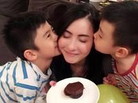Trương Bá Chi  hạnh phúc bên con trai trong ngày sinh nhật