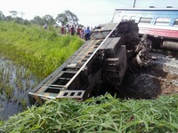 Tàu hỏa va chạm xe tải, hai toa tàu bị lật, một người tử vong