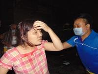 Dùng thang cẩu giải cứu người dân khỏi tòa nhà bị cháy tại KĐT Xa La