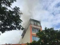Hà Nội: Cháy quán karaoke 5 tầng, nhân viên tháo chạy