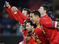 Europa League: Liverpool và Tottenham đi tiếp với ngôi đầu