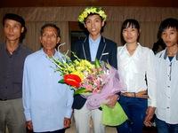 Chàng trai vàng Toán học Nguyễn Thế Hoàn và công ơn của bố mẹ phụ hồ